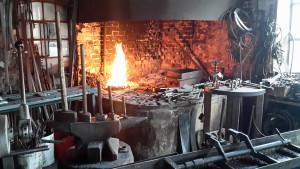 Unsere Schmiede mit Feuer und Amboss